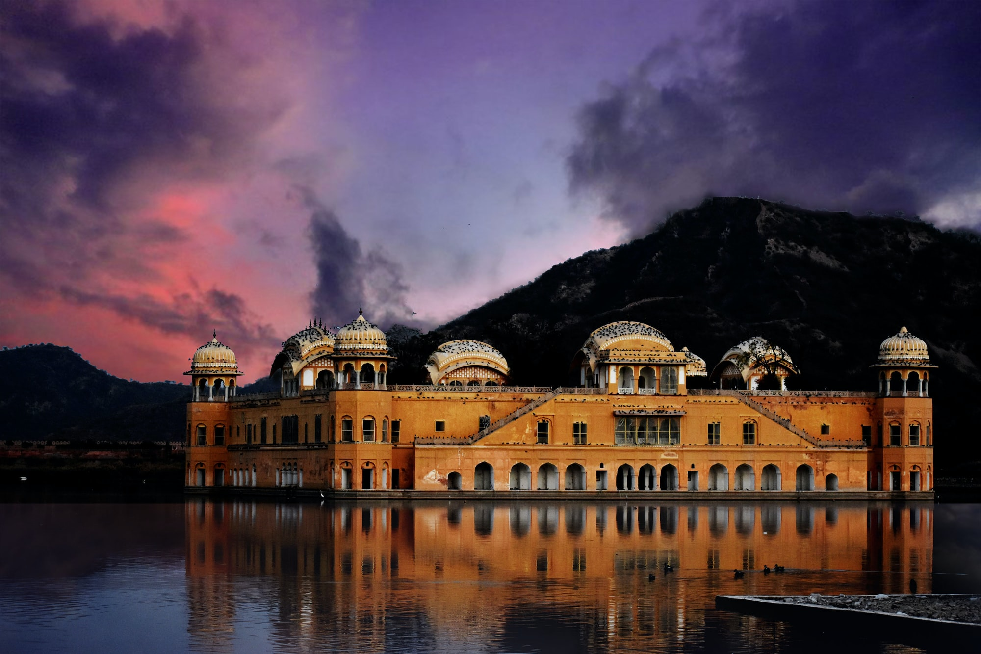 Made by Raja Ram Singh of Jaipur this incredible building sits on top of the lake in Jaipur.