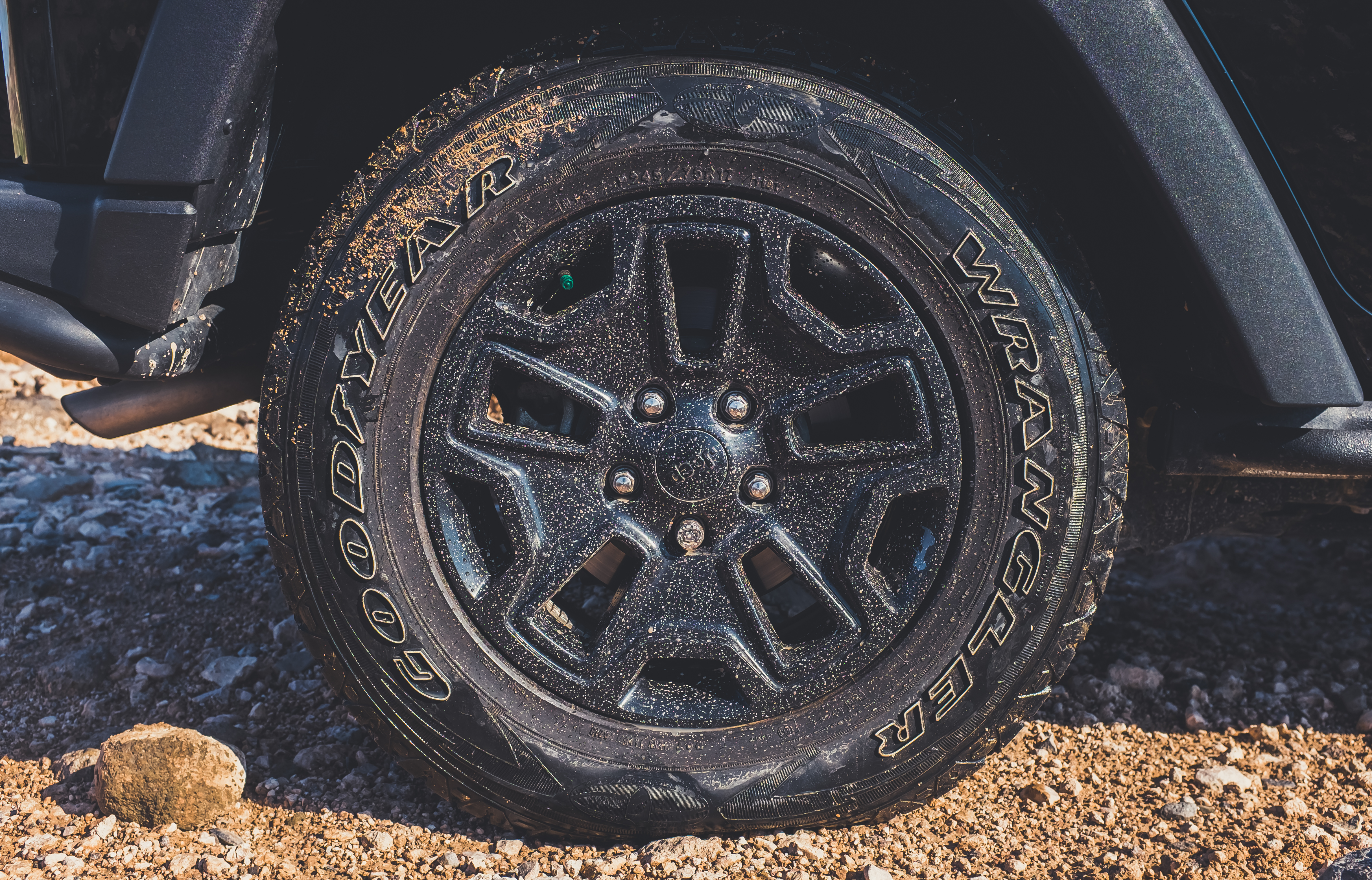 Why do truck tyres explode? Semi-truck flat tyre adventure.