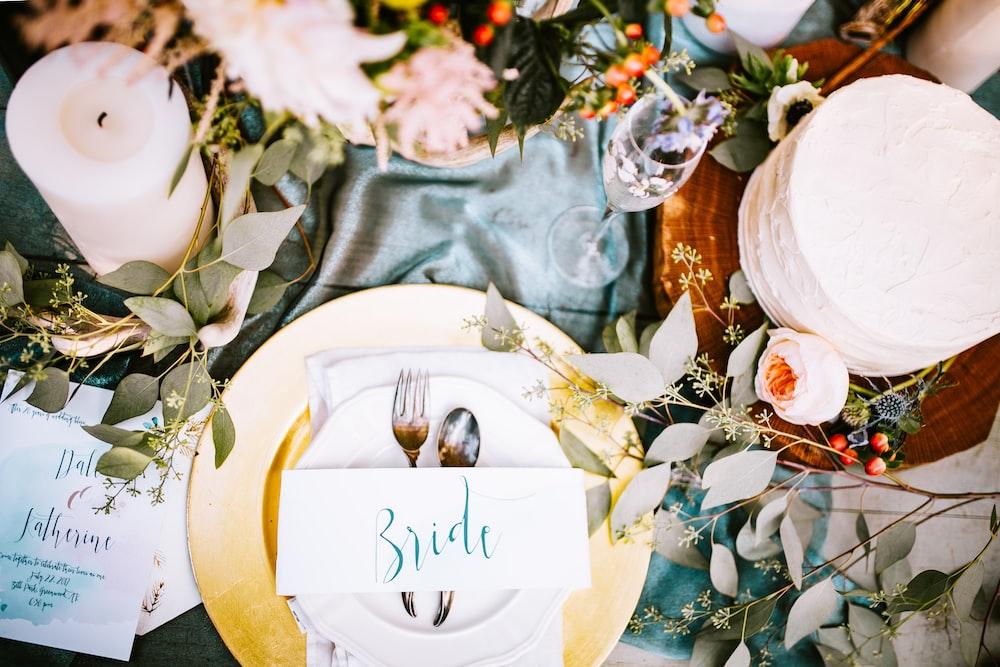 新娘餐具在桌子上設置
