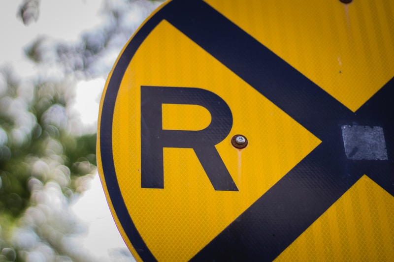 closeup photo of yellow and blue R road signage