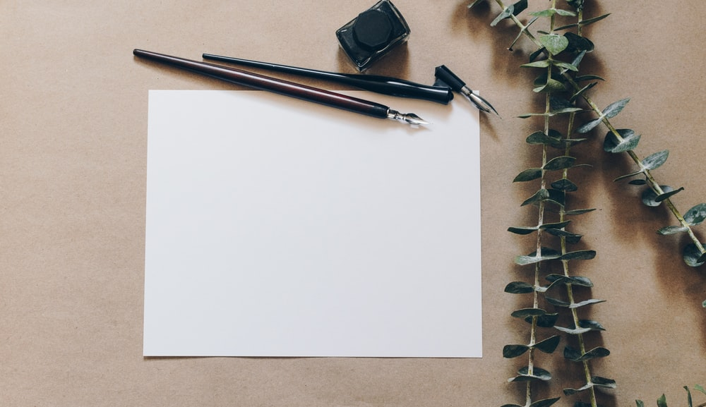 ペンの横にある白いプリンター用紙