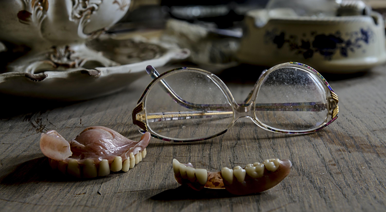 eyeglasses near dentures