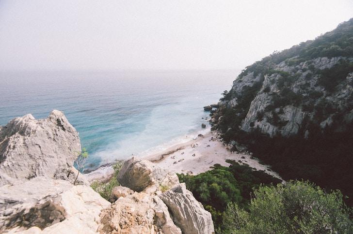 Chi avrebbe detto che Sardegna non è solo prendere il sole come lucertole su baie incredibilmente suggestive in piena estate, viaggi in traghetto e nuotate