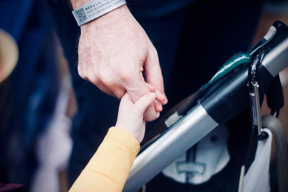 person holding hands with child, sleeper effect, akibat perceraian untuk anak perempuan
