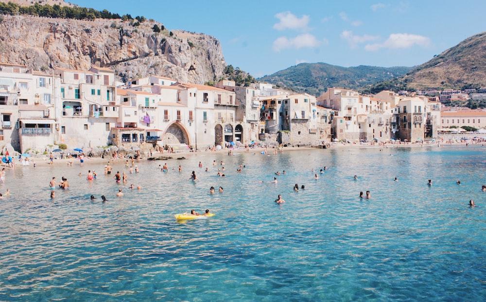 gruppo di persone che nuotano sulla spiaggia