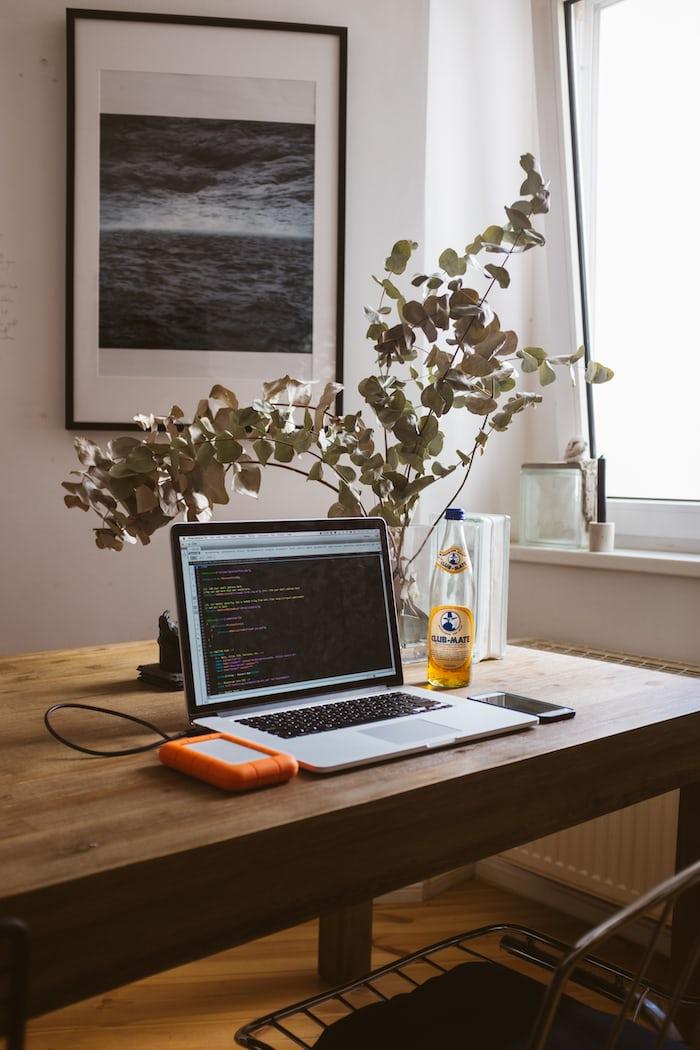 Ide taman rumah di meja kerja