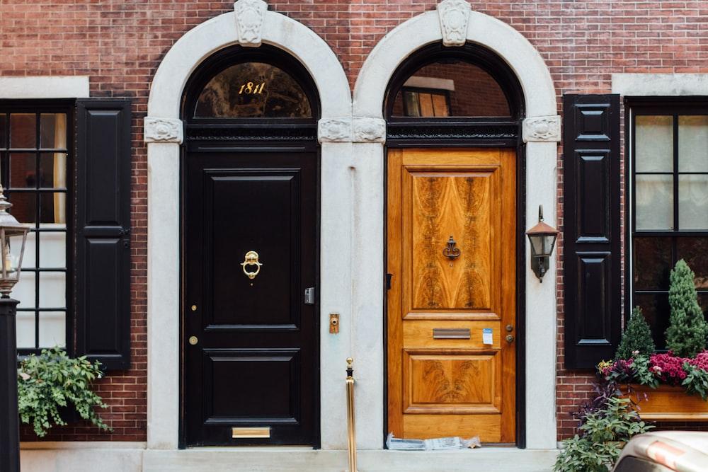 黒と茶色の木製のドア