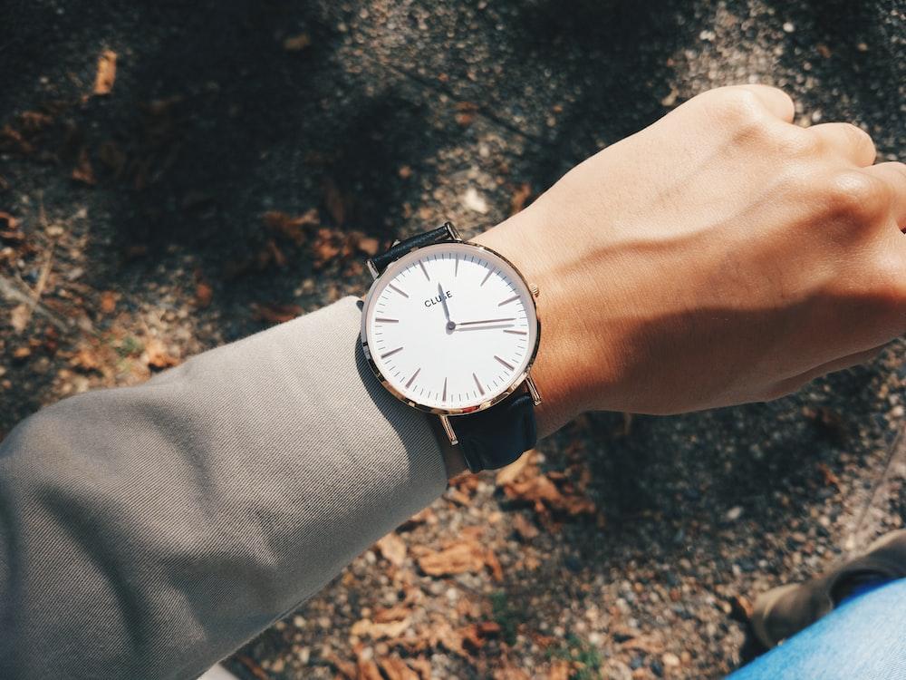 1:19に銀色の丸いアナログ時計を着ている人
