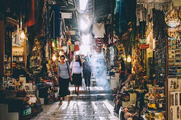 מטפלת יהודייה מטופלות ערביות: קרקע, בית, נשים