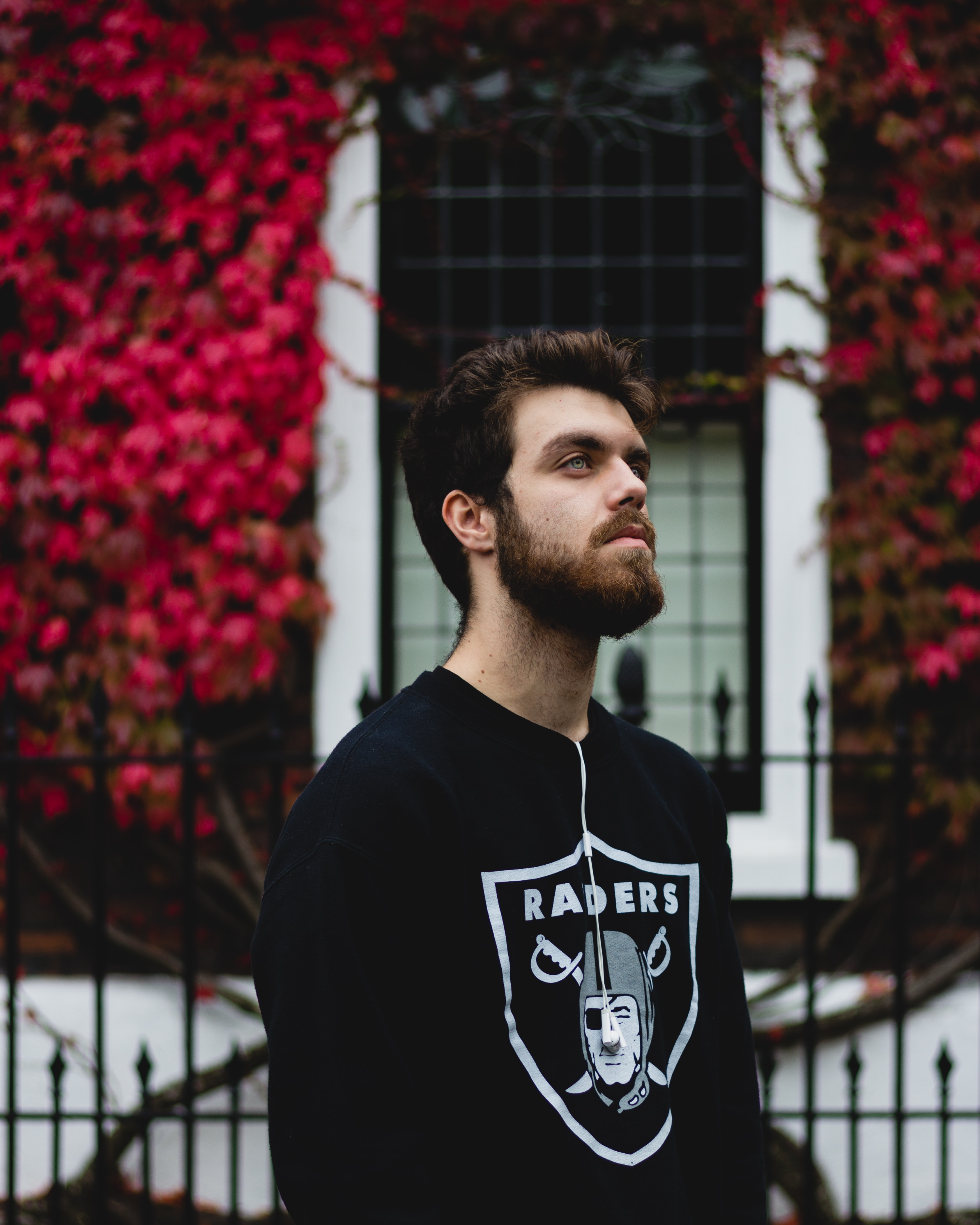 man in black Oakland Raiders long-sleeved shirt