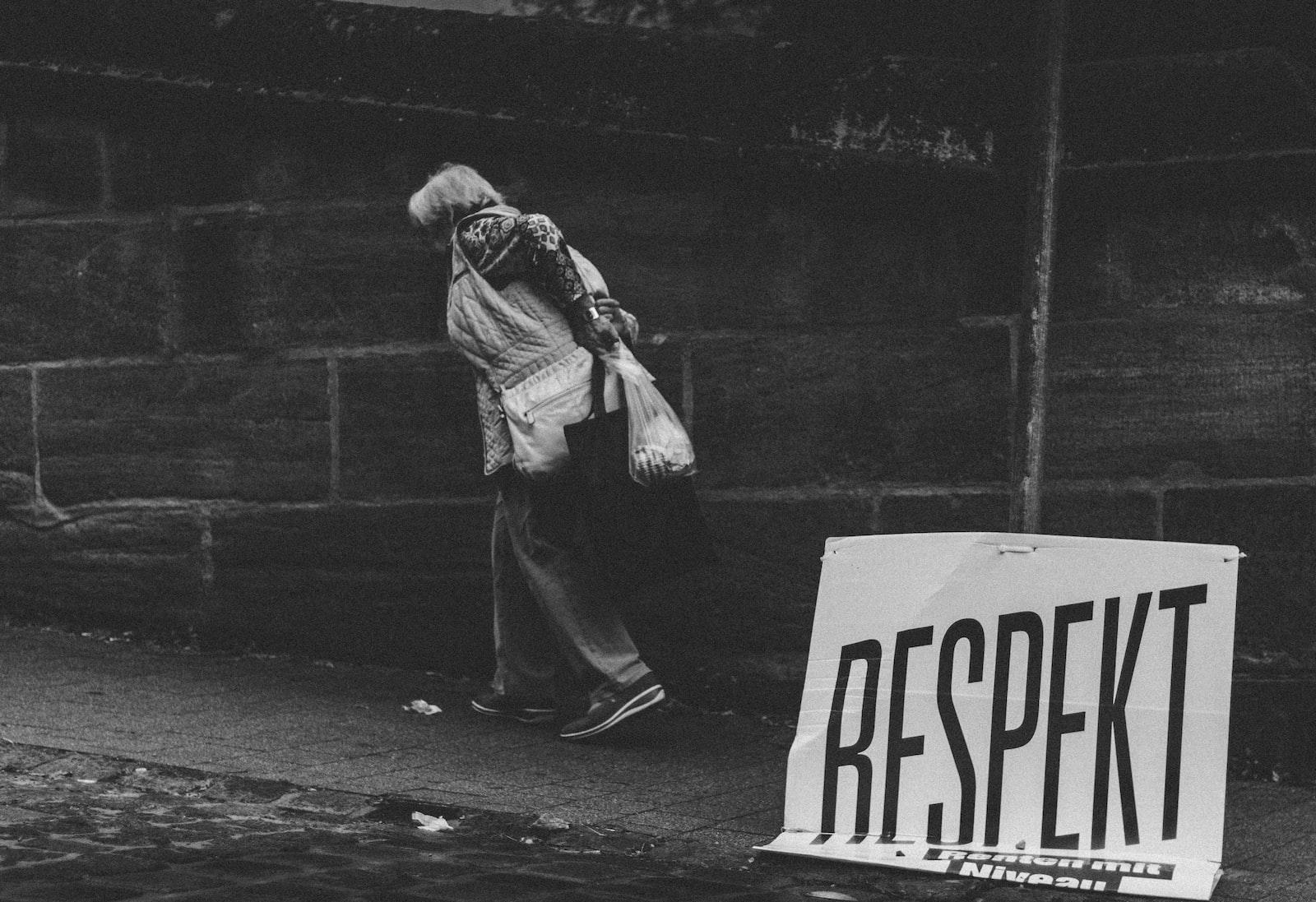 "Canon EOS 100D (EOS Rebel SL1 / EOS Kiss X7) sample photo. ""Person walking on roadside"" photography"
