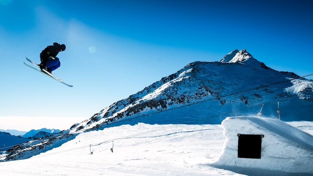 man snow skiing near mountain