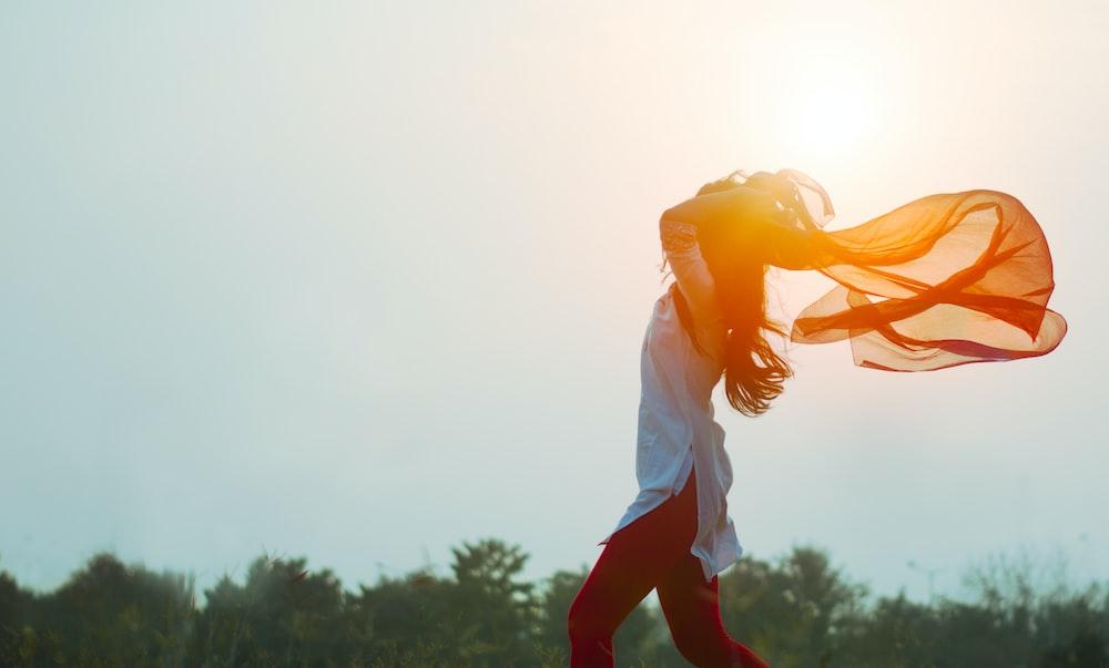 日没時に髪を広げる女性