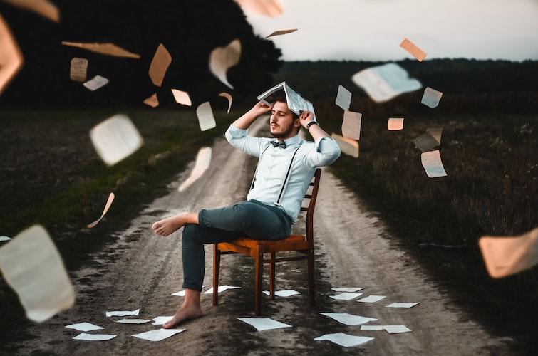 persoon met papier om zich heen fladderend