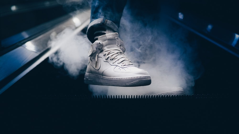 Vástago Almacén agenda  person wearing white Nike Air Force 1 mid-rise shoes while standing on  escalator photo – Free Shoe Image on Unsplash