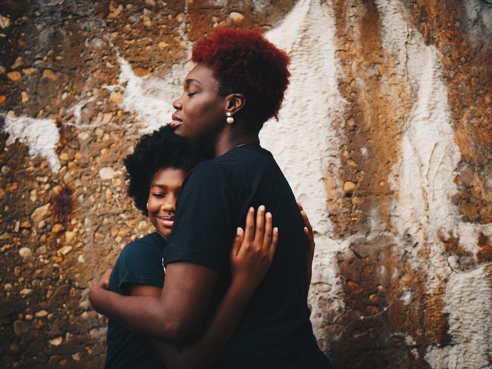 dua wanita saling berpelukan, remaja didikan orang tua, cara mendidik anak menginjak dewasa, cara menantang anak keras kepala