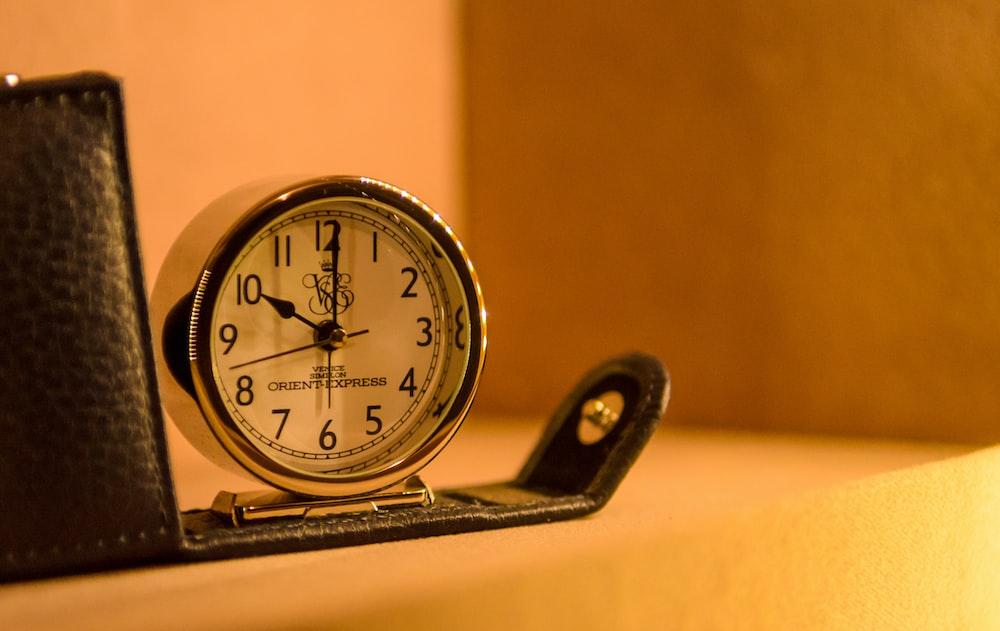 淡い光の中10時を指す時計