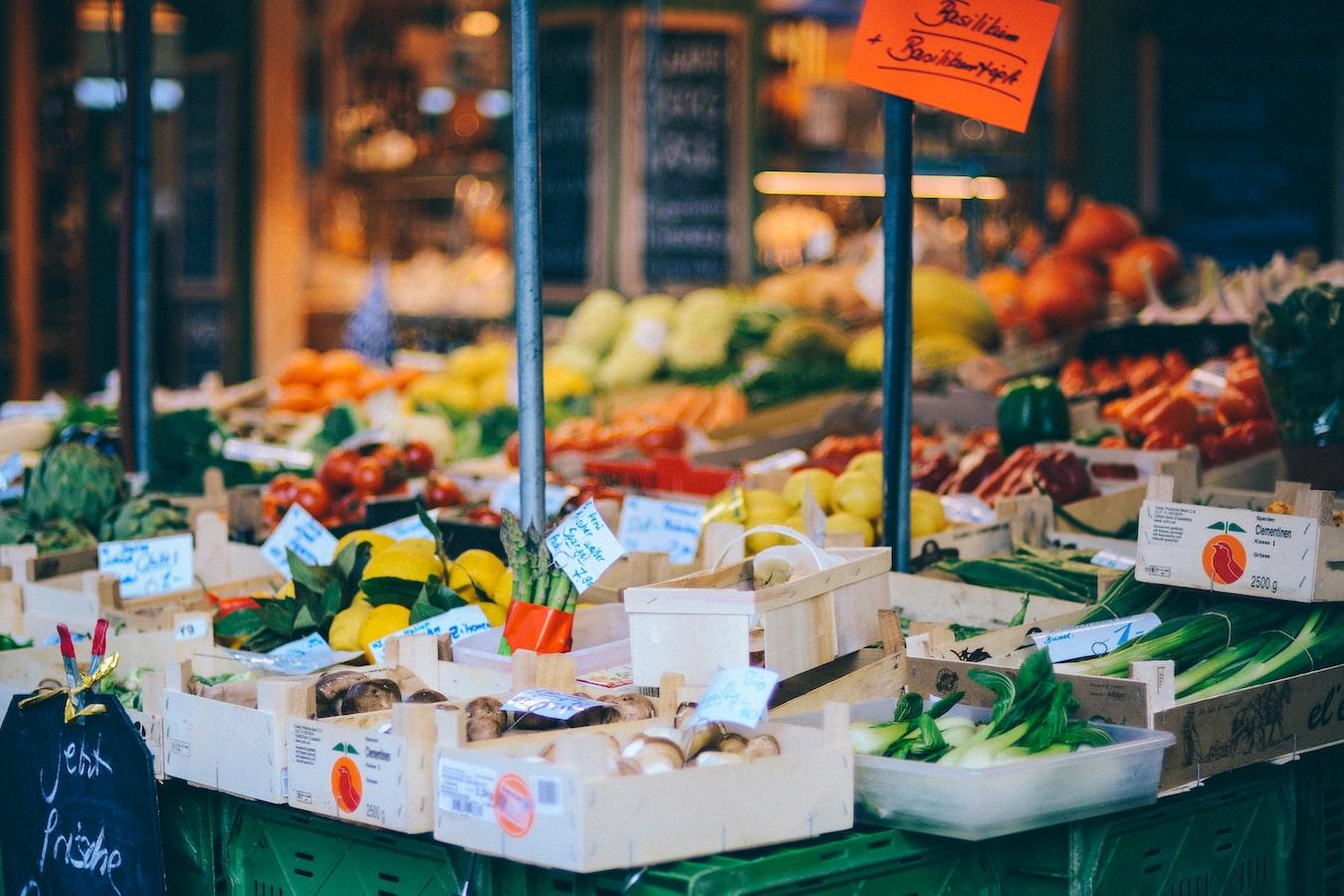 Bunter Gemüsestand auf einem Wochenmarkt