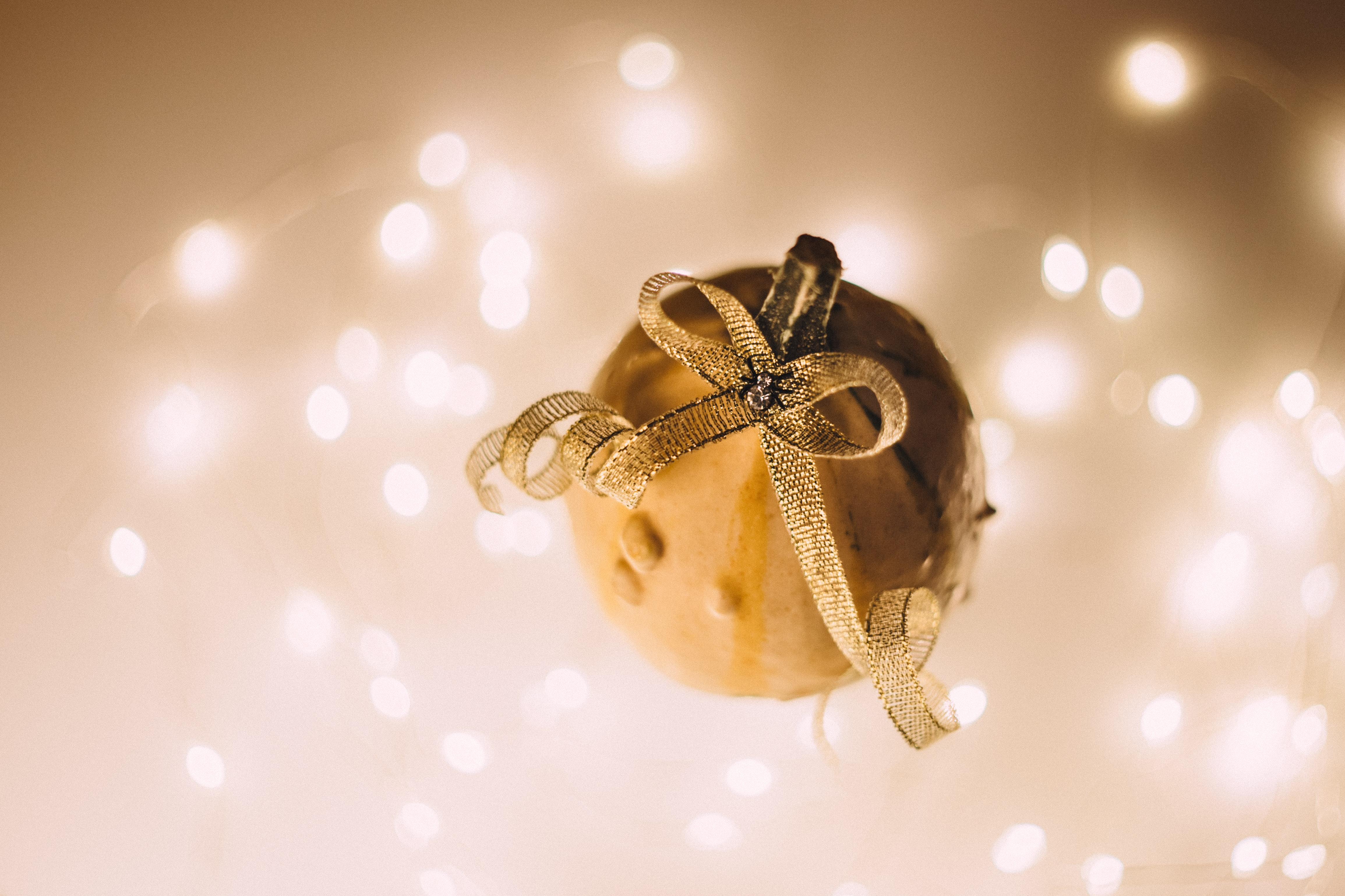 shallow focus photography of gold ornament