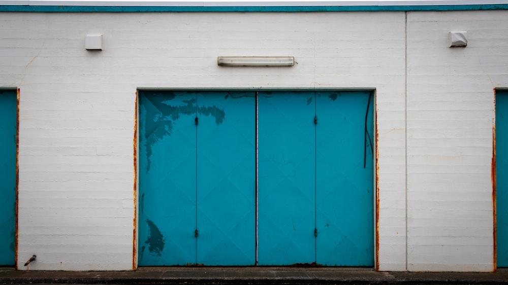 close building door