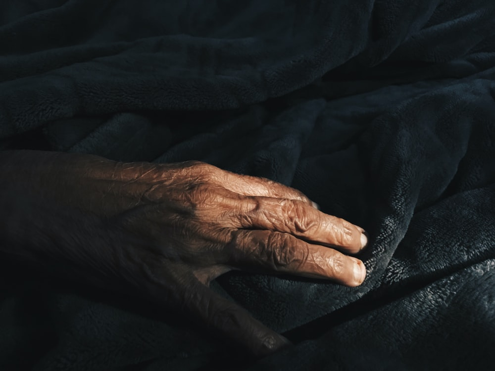 close-up photography of human hand