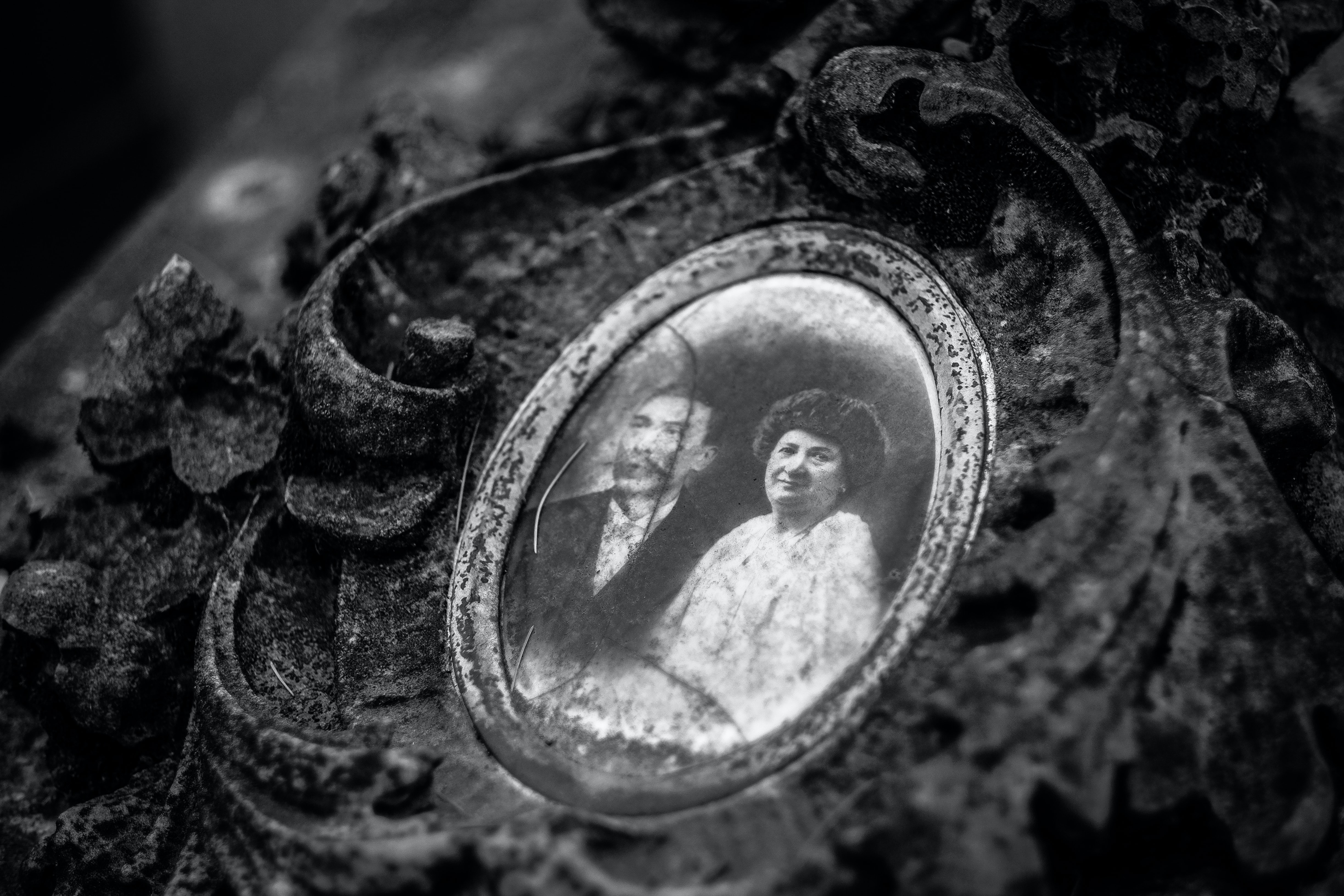 depth photography of grayscale pendant with photo