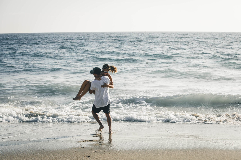 Влюбленная пара на море