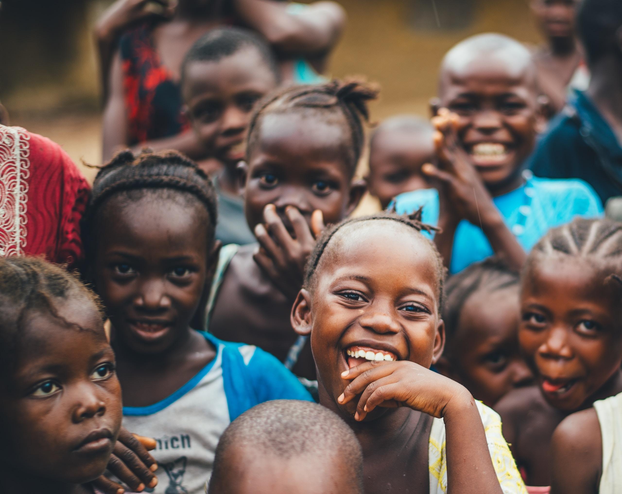 Skrattande barn i ett afrikanskt land