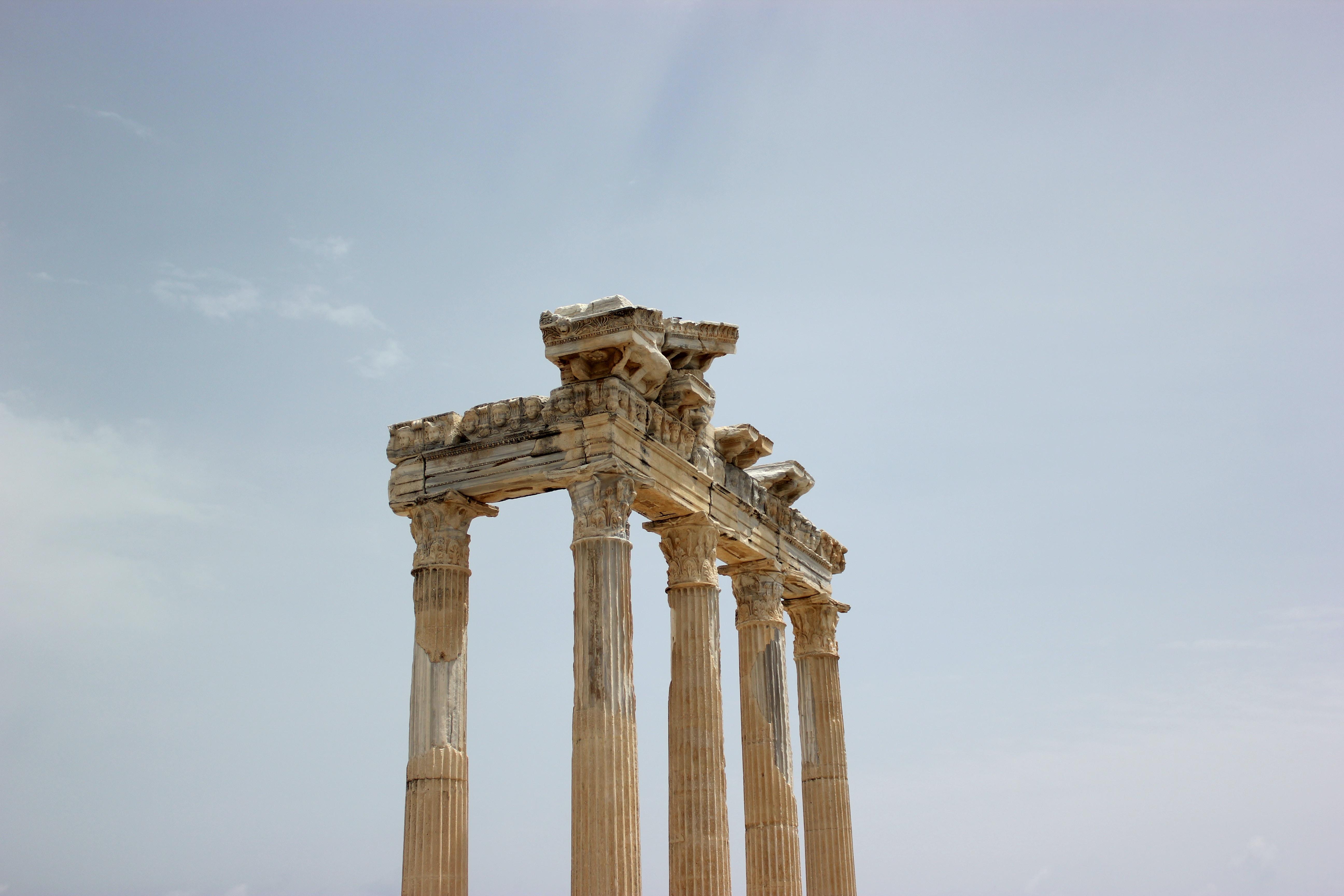 closeup photo of pillars