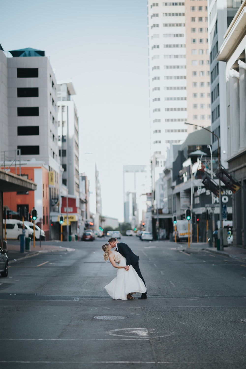 bride and groom kissing in the middle of roas