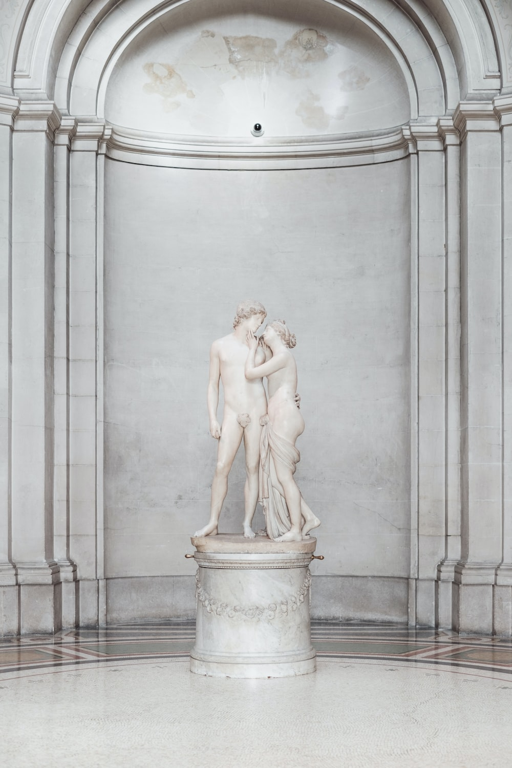 statue of man and woman