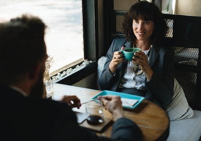 カフェで会話をしている男女
