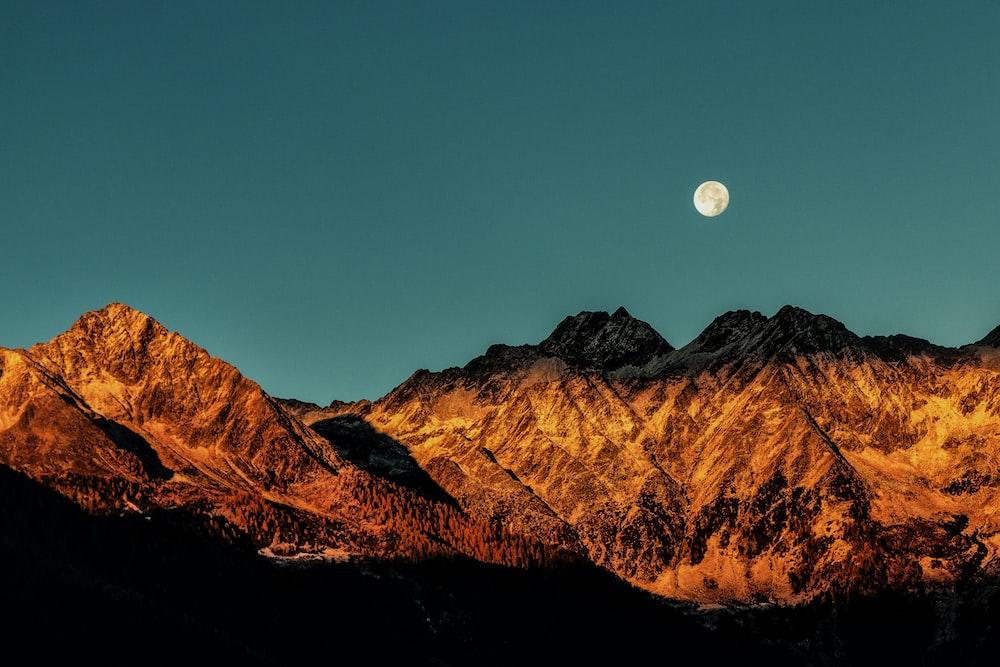 landmark photography of brown mountain