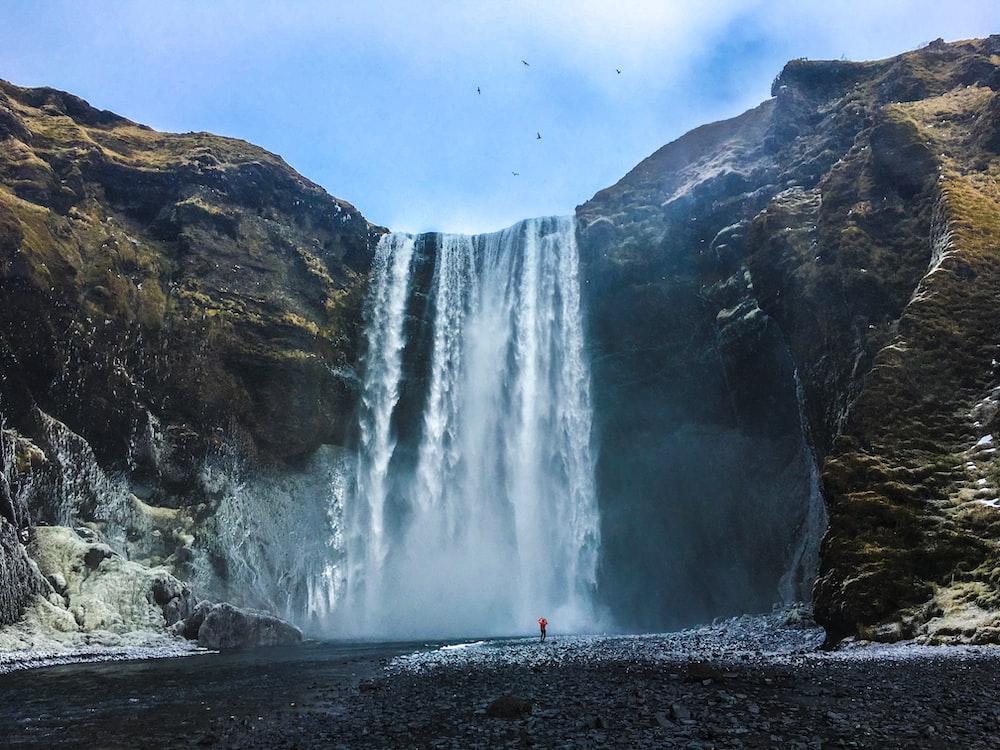 waterfalls under cloud