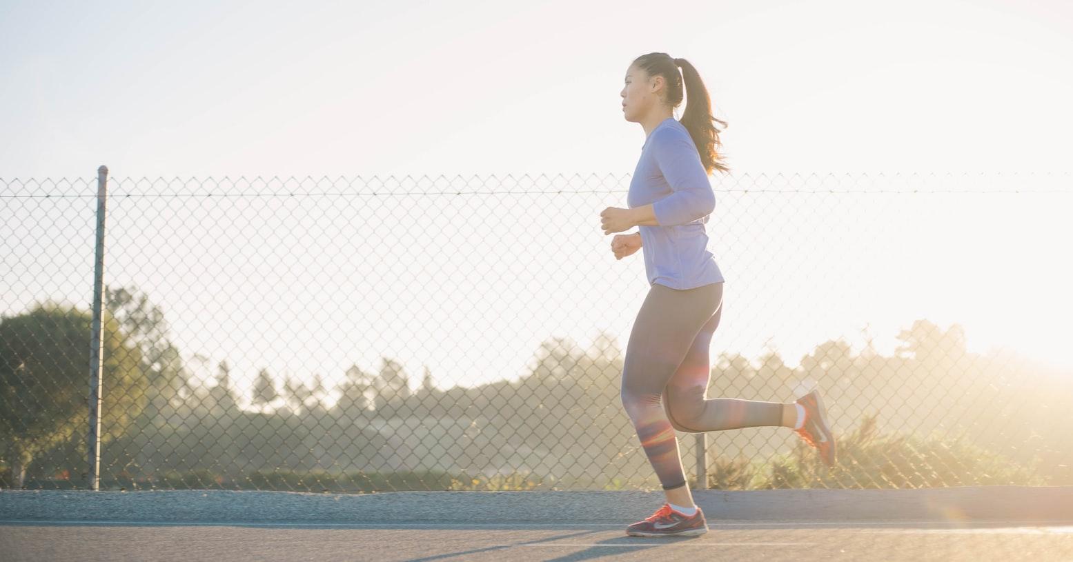 Vrouw doet aan cardiotraining door te hardlopen