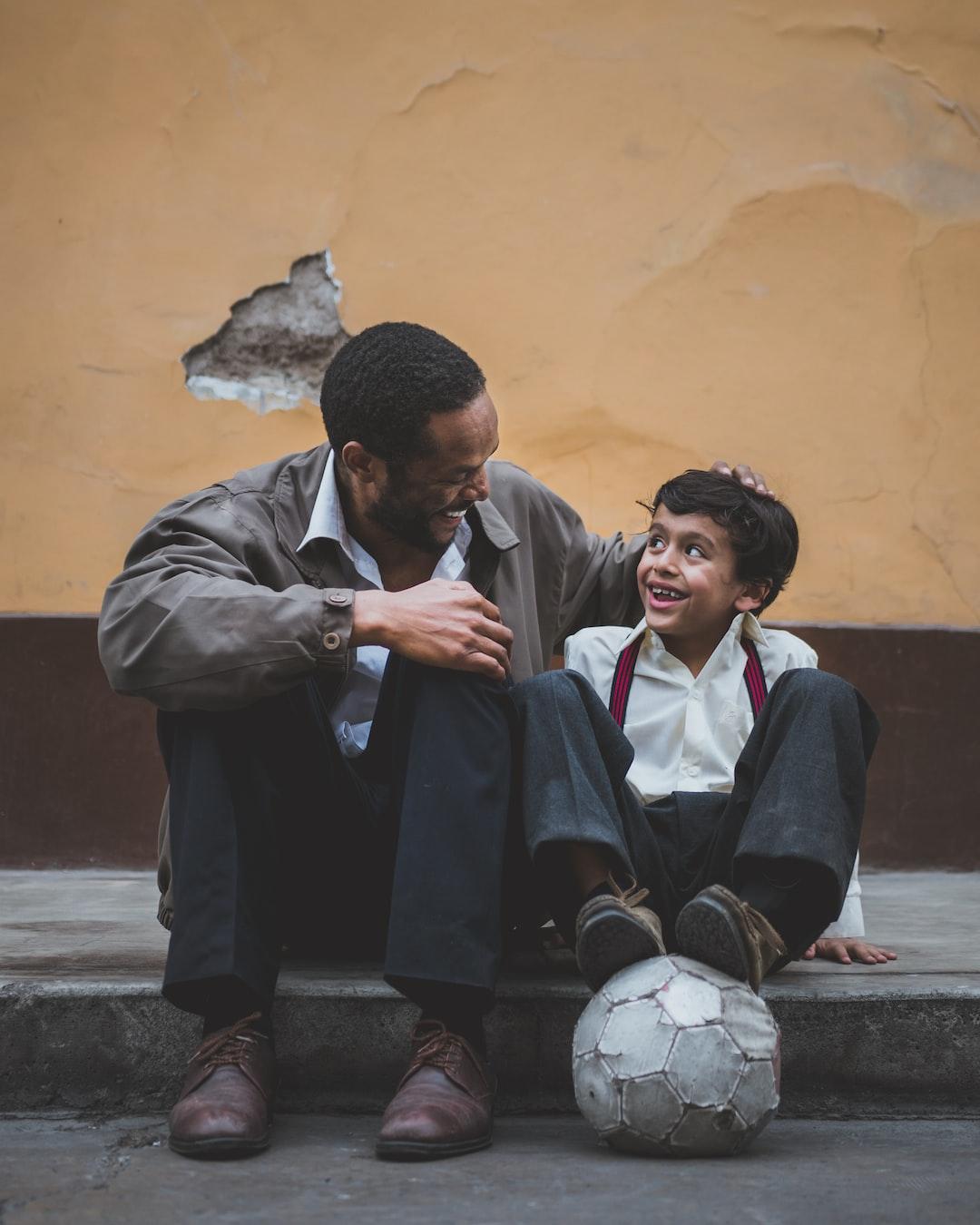 Vater und Sohn lachen sich an