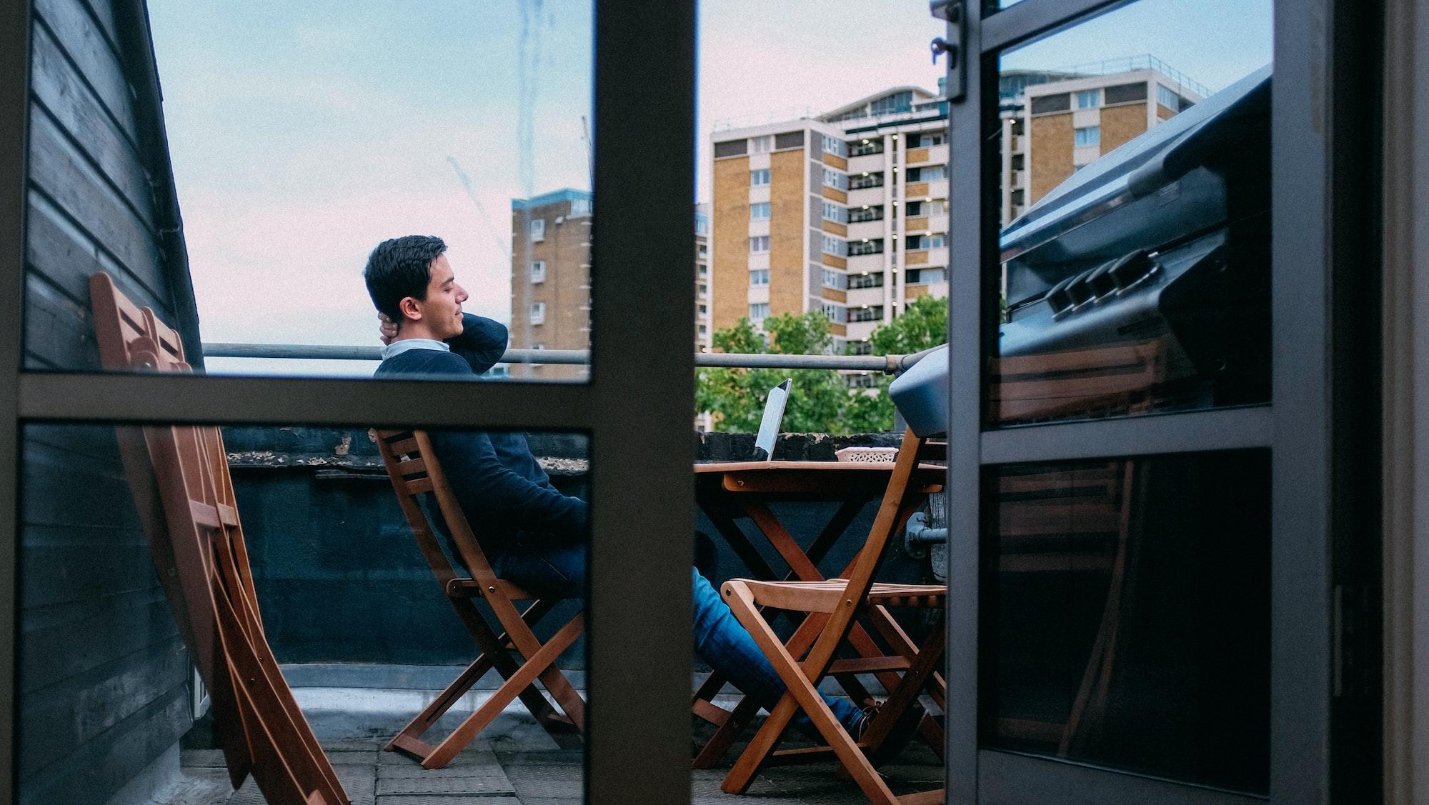 Мужчина на стуле - поза для фотографии