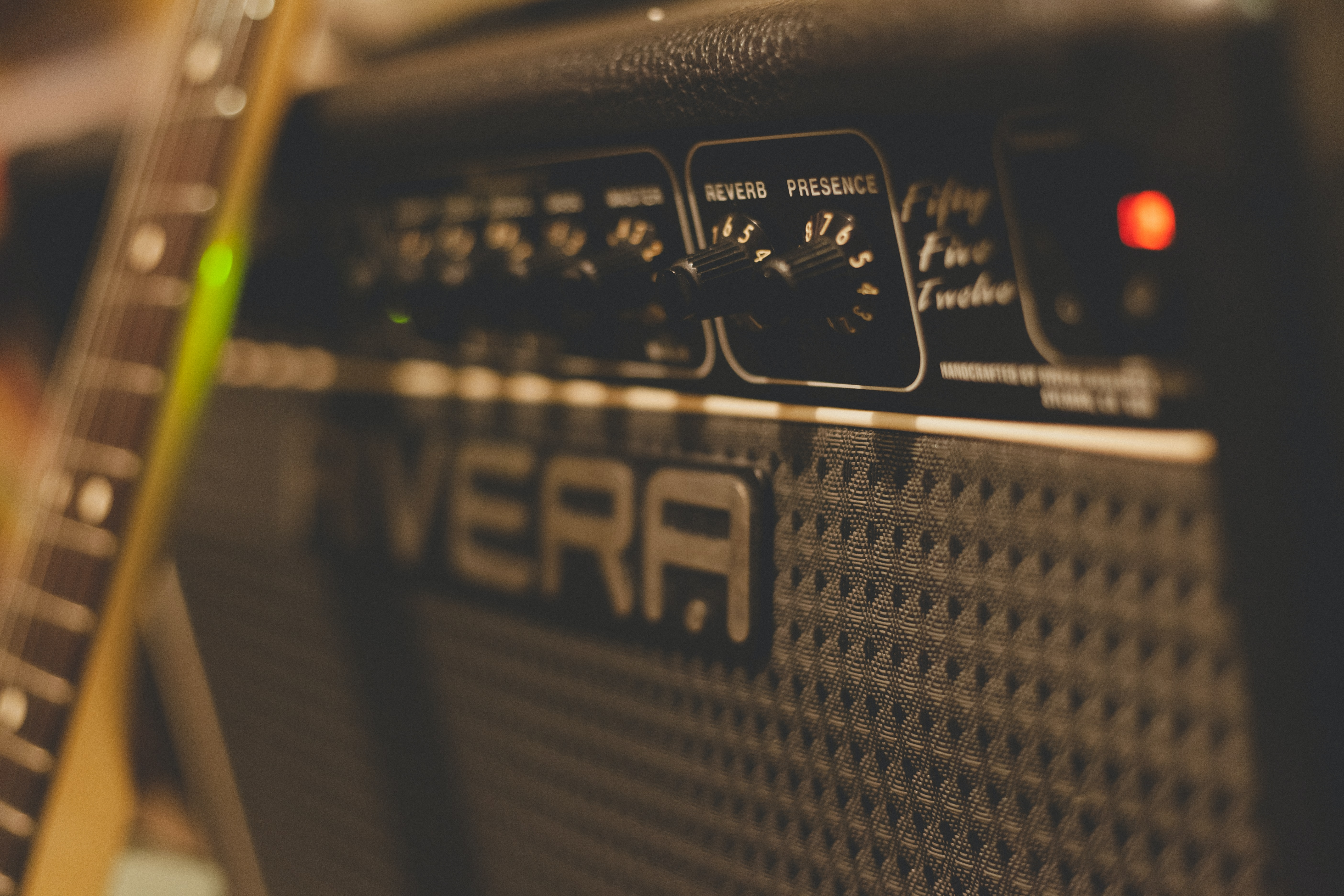 close up photography of guitar amplifier