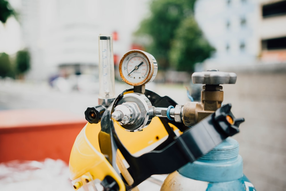 black and yellow oxygen tank at daytime
