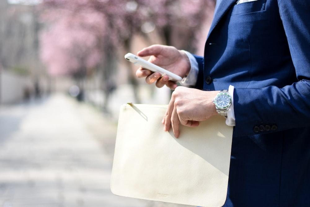 man holding envelope taken at daytime