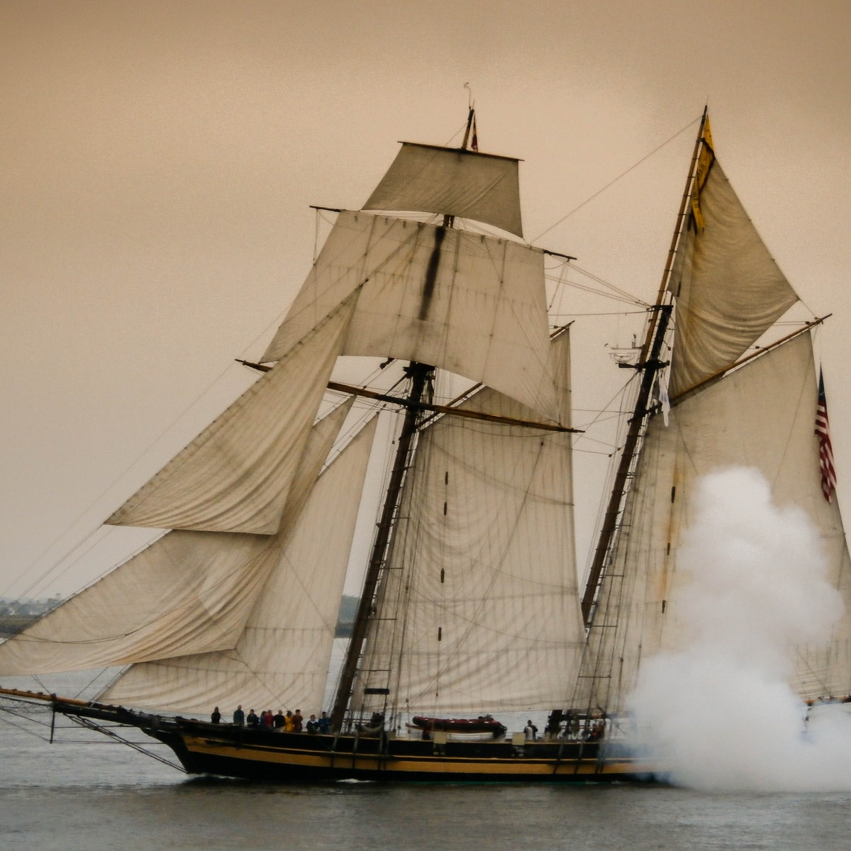 gusanos de barco, brown and black galleon ship on ocean water under gray sky