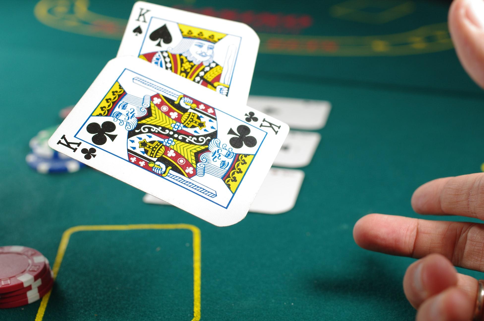 Blackjack-kaarten worden op tafel gegooid