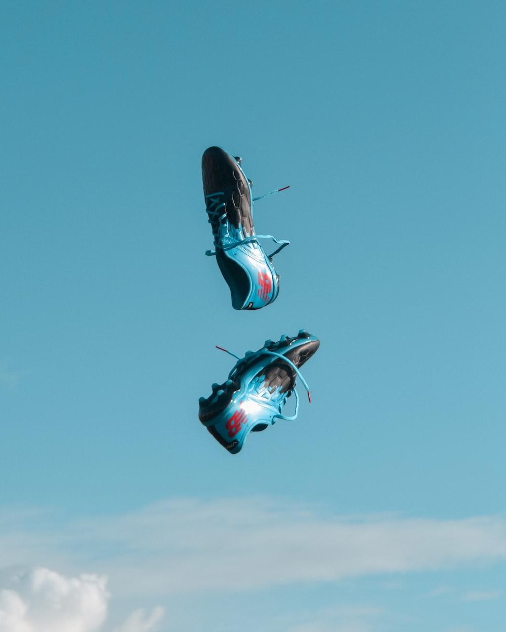 Perbedaan sepatu olahraga bola, basket, badminton, dan tenis.
