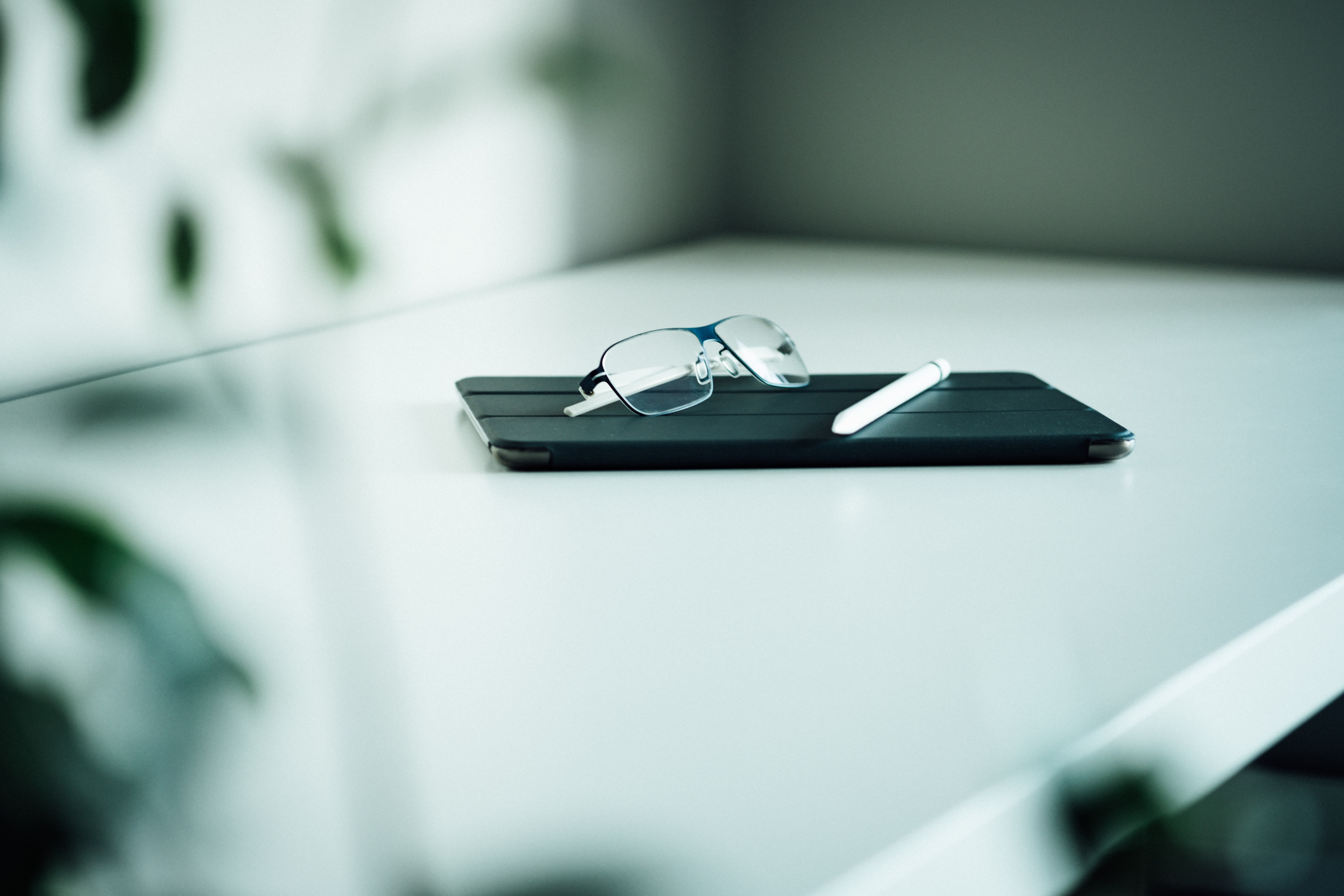 shallow focus photo of smartphone and eyeglasses