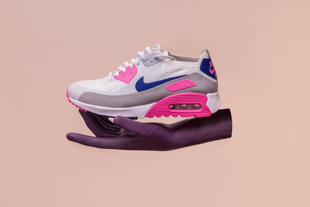 unpaired white, gray, and blue Nike Air Max 90 shoe