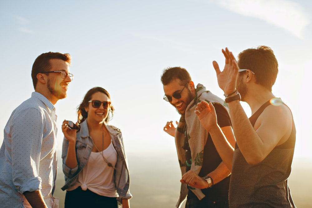 Berkumpul bersama teman memang sangat menyenangkan dan menjadi hal favorit bagi 5 zodiak tersebut (dok. Unsplash)
