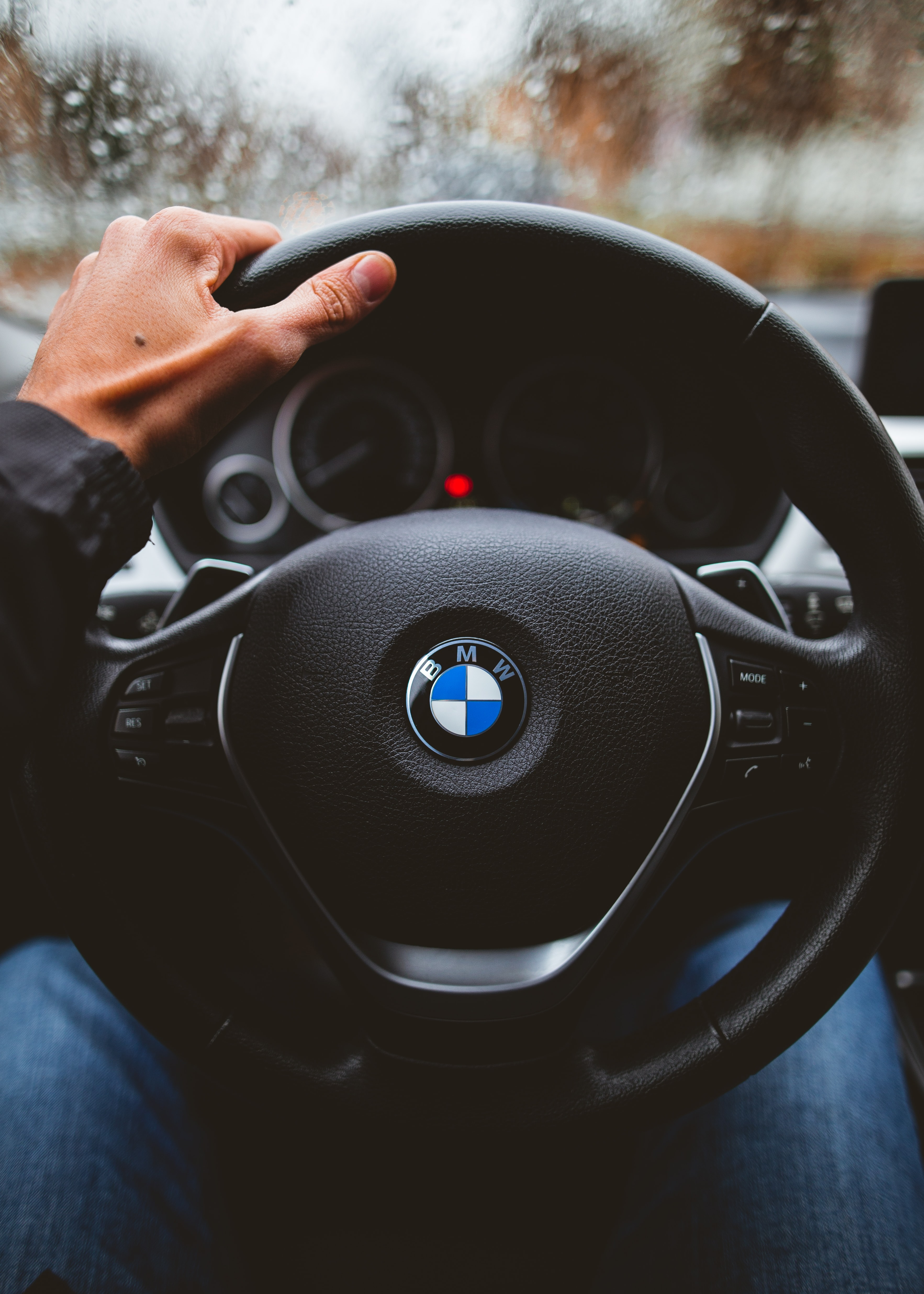 Hand On Steering Wheel Pictures Download Free Images On Unsplash