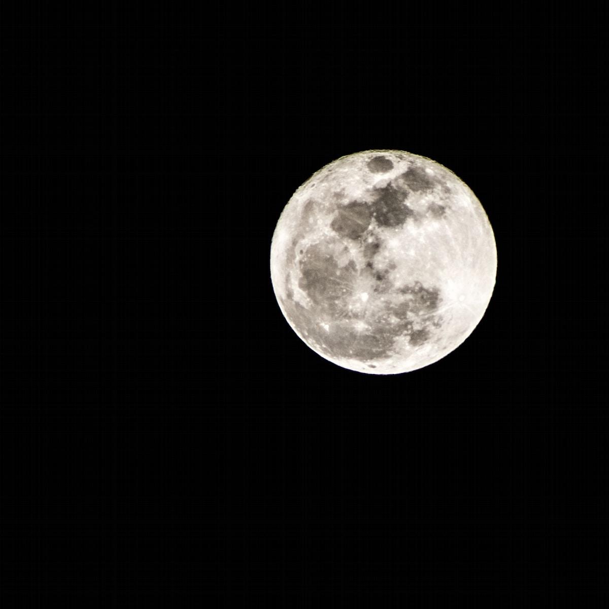 estación lunar, fullmoon at nighttime