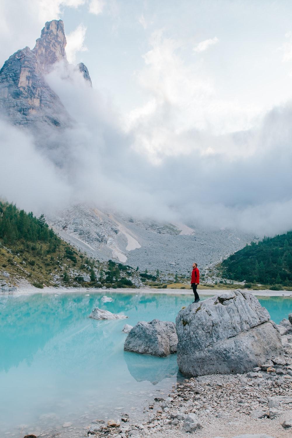 uomo in posa sul lago di sorapis tra i laghi italiani più belli
