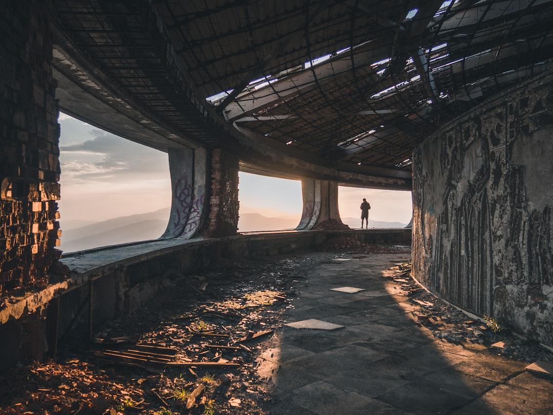 Человек, стоящий на бетонной балкой видом на горы